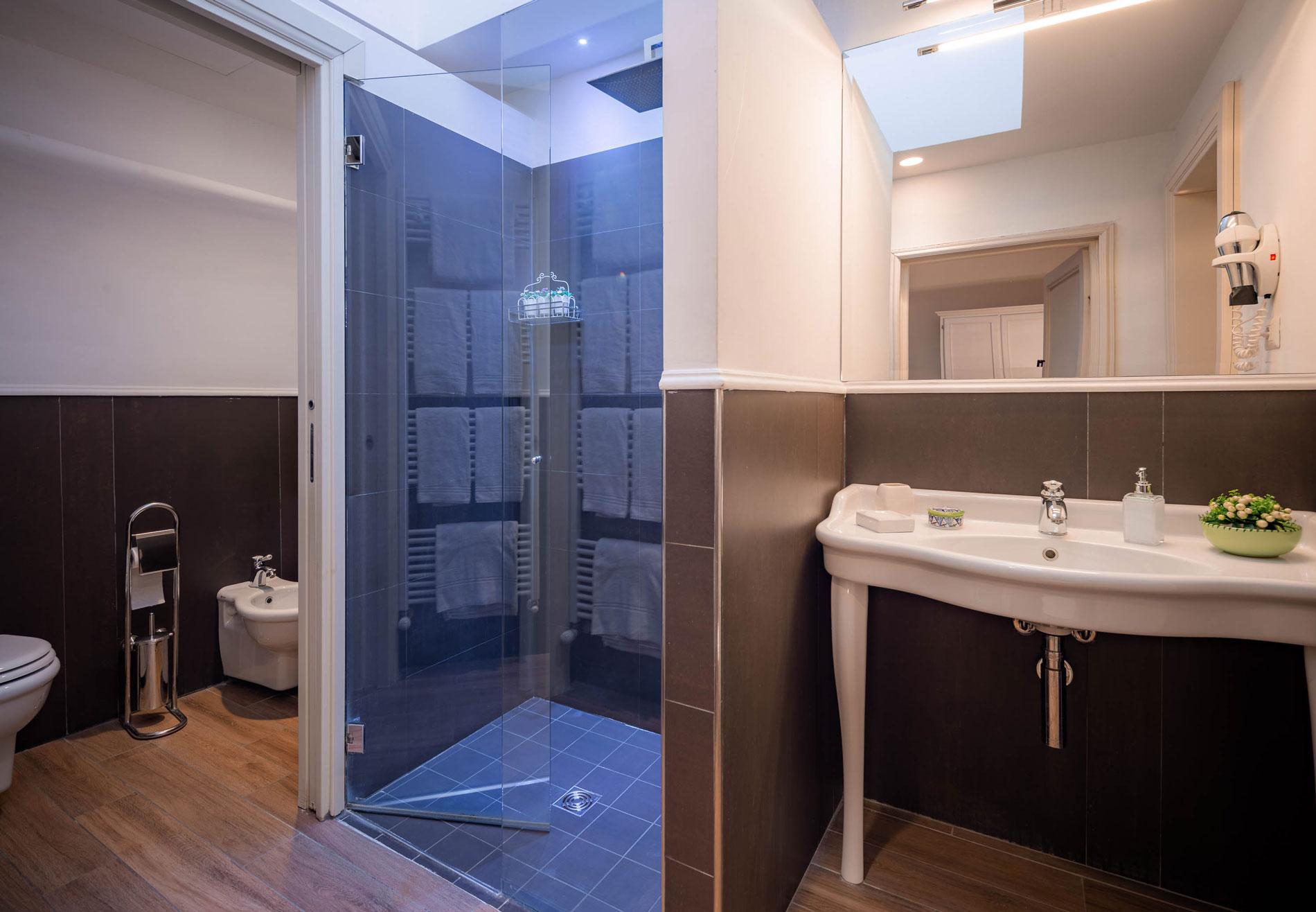 Bagno molto spazioso dell'hotel del corso in centro a Firenze, con largo box doccia.