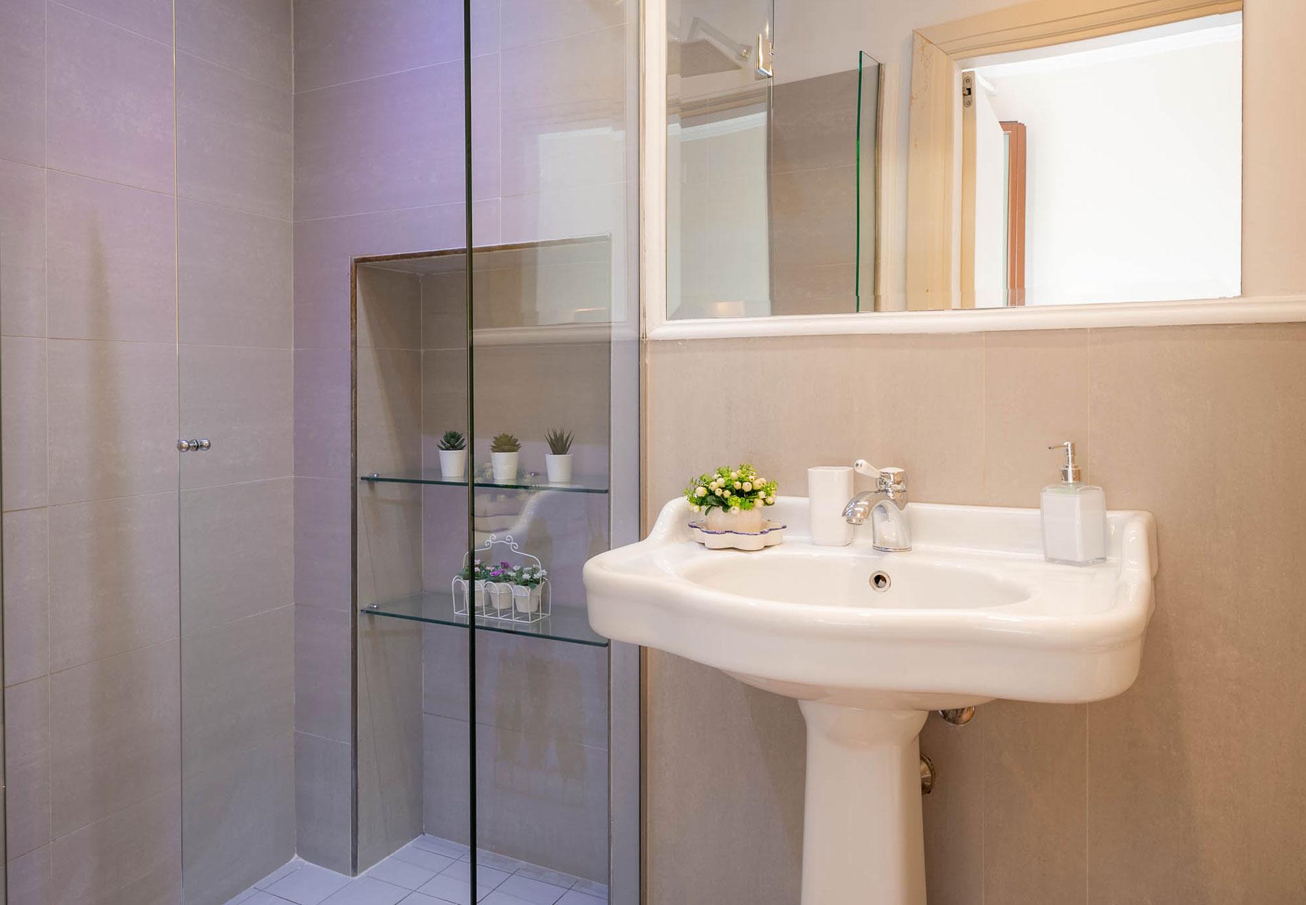 Grazioso bagno di una delle camere dell'Hotel del Corso in centro a Firenze, bagno recentemente rinnovato.