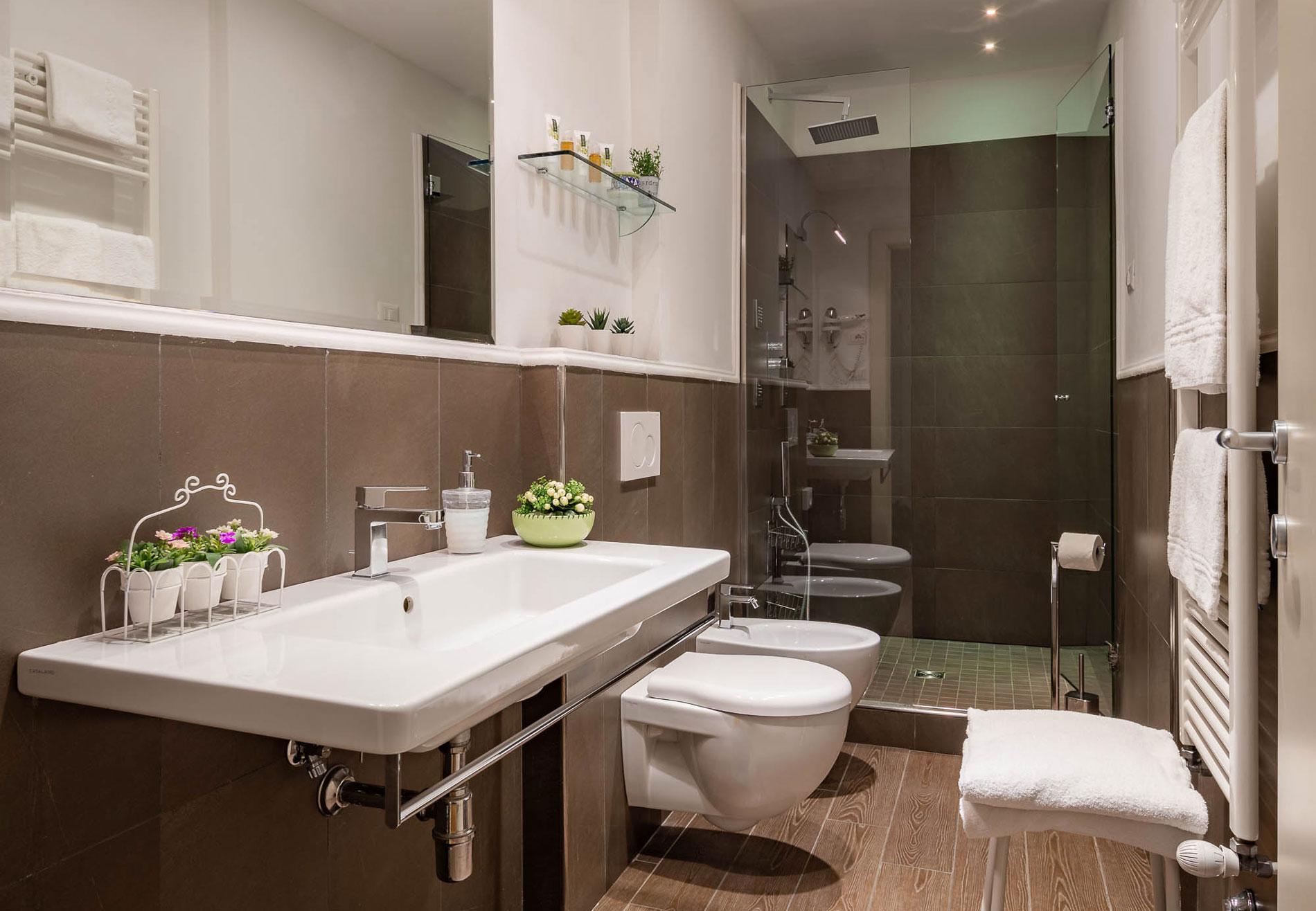 bagno di una camera dell'Hotel del Corso in centro a Firenze