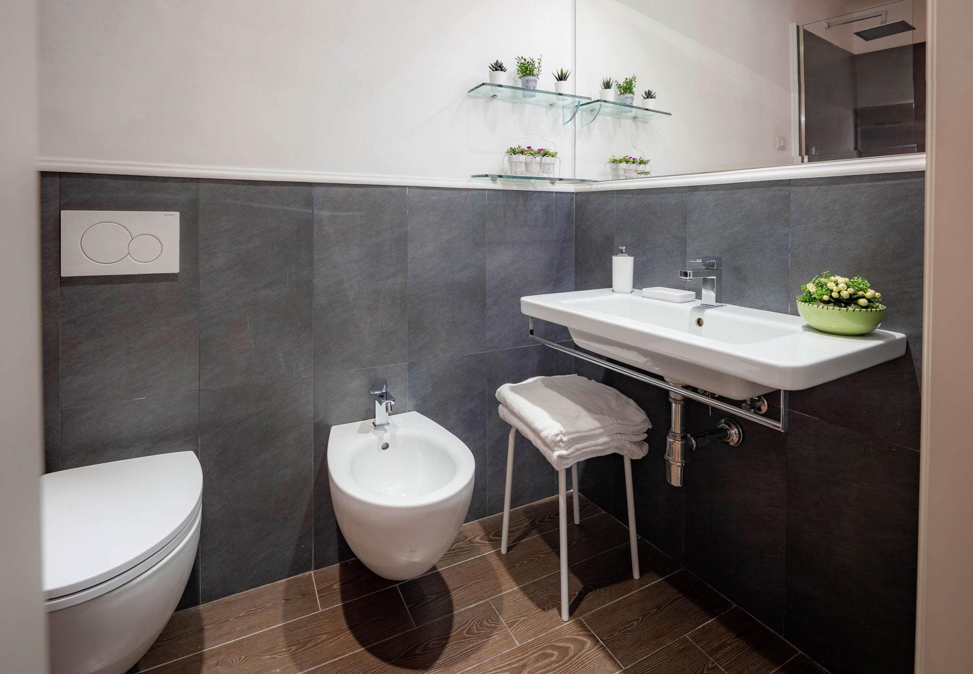 Bagno di una delle camere dell'hotel del corso in centro a Firenze, bagno recentemente rinnovato.